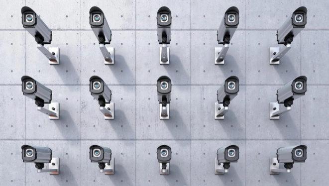 Condenado por instalar cámaras para grabar a sus compañeros en el baño