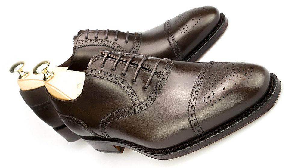 "Zapato Oxford ""semi-brogue"" marrón oscuro."