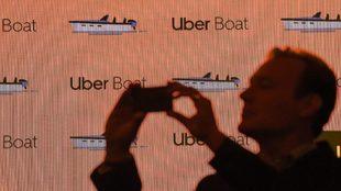 Un hombre hace una fotografía durante la presentación de Uber Boat...