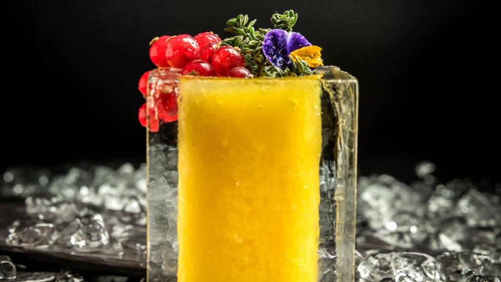 El cóctel Grandvalira servido en cristalería de hielo y decorado con...