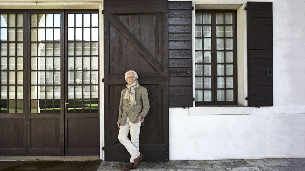 """Vuelta al """"tajo"""": Luciano Benetton, 83 años, en la entrada..."""