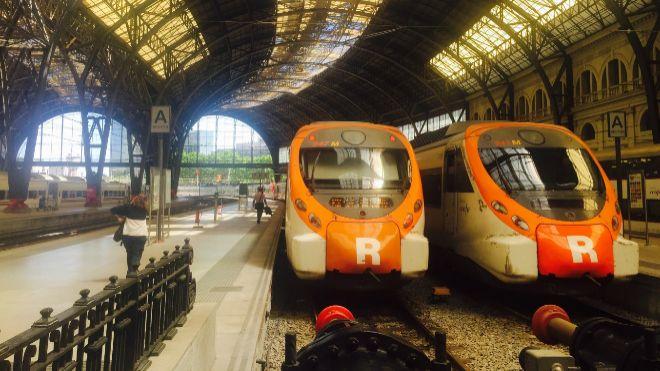 Espectacular choque frontal entre dos trenes en Barcelona: un muerto