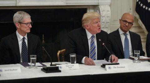 Tim Cook y Satya Nadella con el presidente de Estados Unidos, Donald...