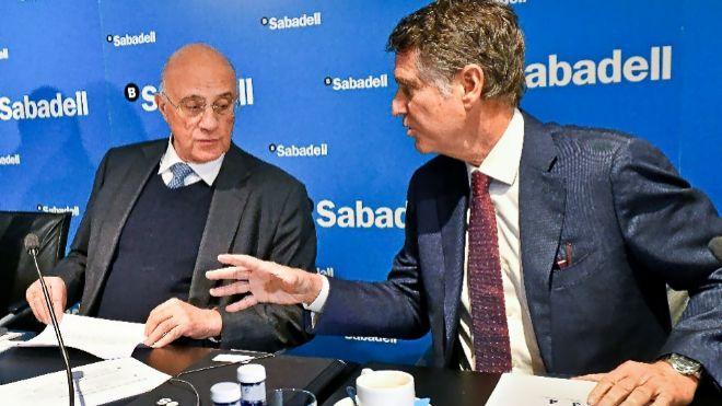 Josep Oliu, presidente de Banco Sabadell, con Jaume Guardiola,...