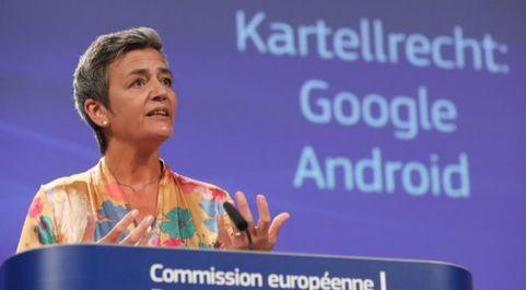 La comisaria europea de Competencia, Margrethe Vestager, comunicando...