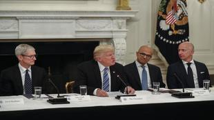 Los CEO de Apple y Microsoft junto a Donald Trump.