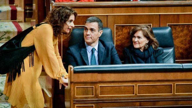 La ministra de Hacienda, María Jesús Montero (izquierda), junto al...