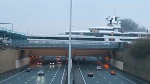 Fotograma del Lady S cruzando una autopista en Rotterdam. | DUTCH...