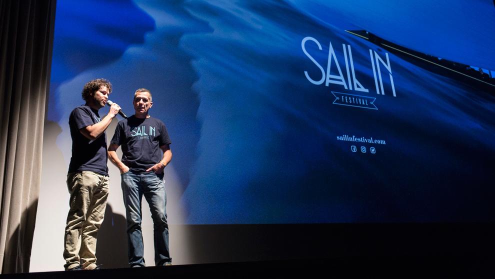 Urtzi Sagarribay, director y de SAIL IN Festival, y el periodista Edu...