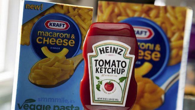 Cajas de pasta de la marca Kraft y bote de ketchup de Heinz, dos de...
