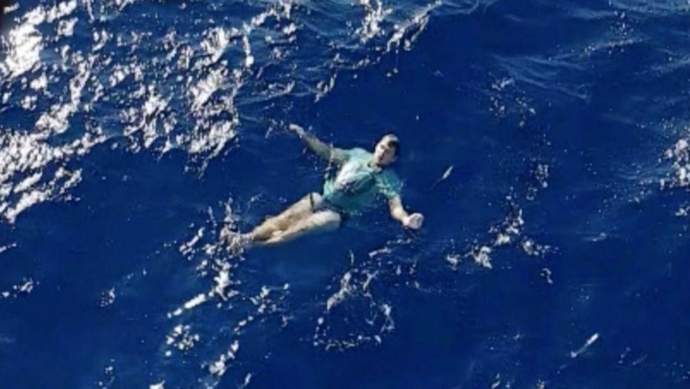 Arne Murke, flotando a la espera de ser rescatado, en una imagen...
