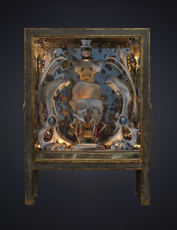 La escultura que da la bienvenida a la muestra está físicamente...