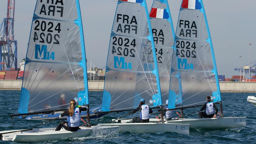 Varias regatistas olímpicas navegando por la costa de Valencia,...