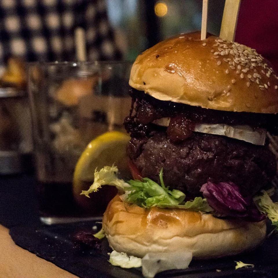 100% artesanas  y especializados en hamburguesas hechas al carbón con...