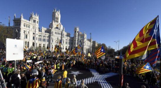 Los manifestantes ante el Palacio de Cibeles sede del Ayuntamiento de Madrid. EFE