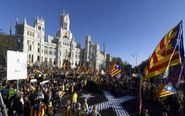 Los manifestantes ante el Palacio de Cibeles, sede del Ayuntamiento de...