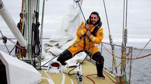 Jerónimo Santos, trabajando en la cubierta de un velero de la Clipper...