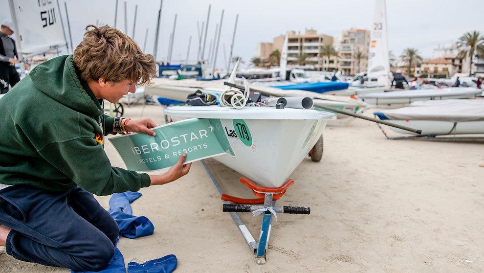 Un regatista preparando su embarcación olímpica antes de la...