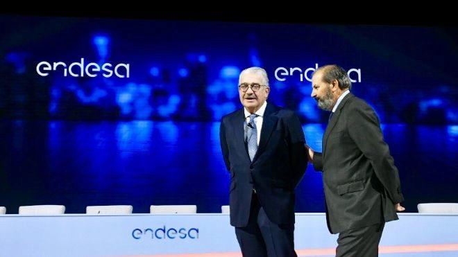 José Bogas, consejero delegado de Endesa, junto a Juan...