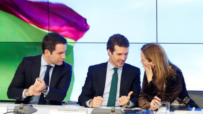 El secretario general del PP, Teodoro García-Egea (i) , junto al...