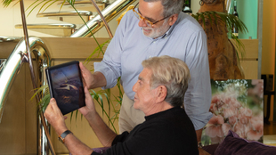 Roberto Cavalli, sosteniendo una tablet, junto al diseñador Tommaso...