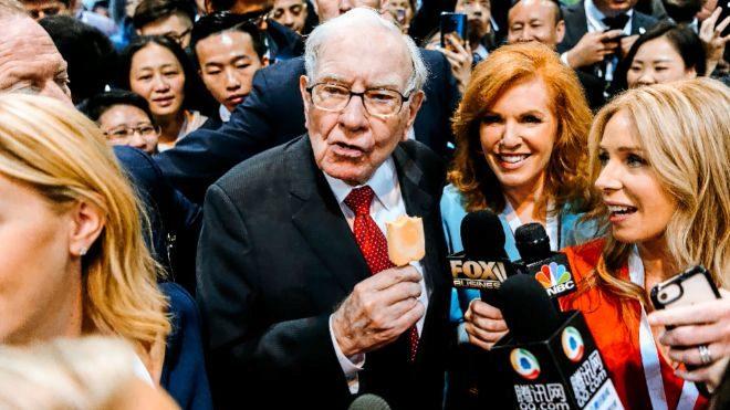 Warren Buffett, presidente de Berkshire Hathaway, en la junta de...