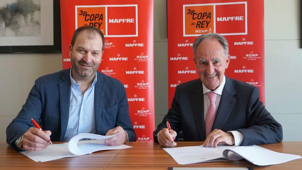 Raúl Costilla, director general comercial de Mapfre España (izq.) y...