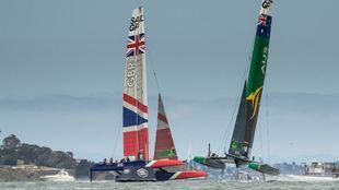 Los catamaranes de los equipos británico y australiano se cruzan en...
