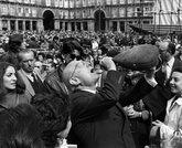 El entonces alcalde Enrique Tierno Galván en la Plaza Mayor empinando...