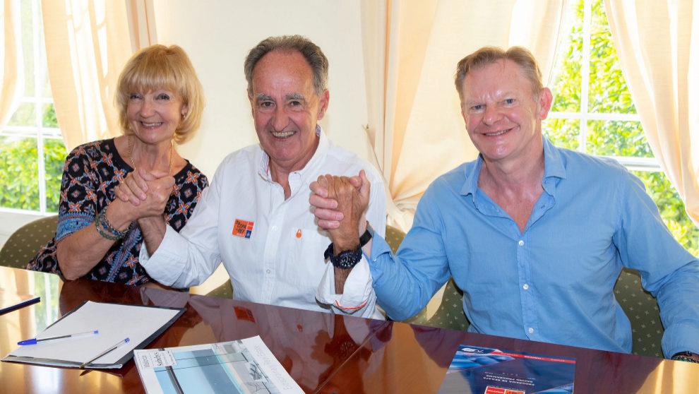 Susie Kempe, Javier Sanz y Paul Kempe durante la firma del acuerdo en...