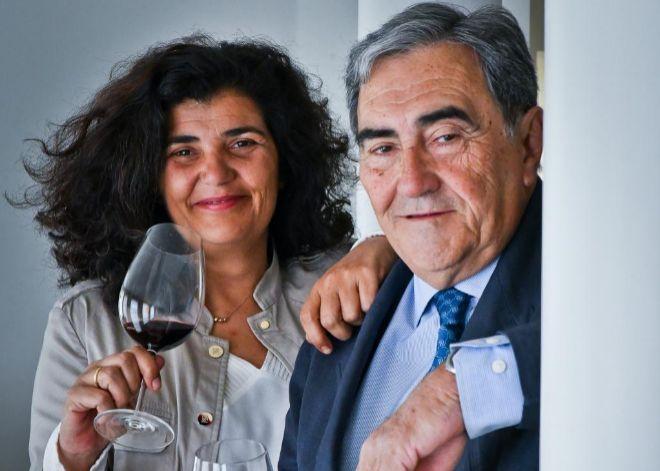 Ricardo Pérez Villota, junto a su hija Carmen, brindan con 'Villota Tinto Selección 2015', elaborado a base de uvas de tempranillo, garnacha y graciano, de gran complejidad aromática con intensa fruta y taninos elegantes y suaves.