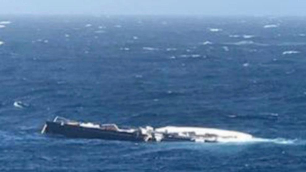 El velero 'My Song', tras caer por la borda del buque. |...
