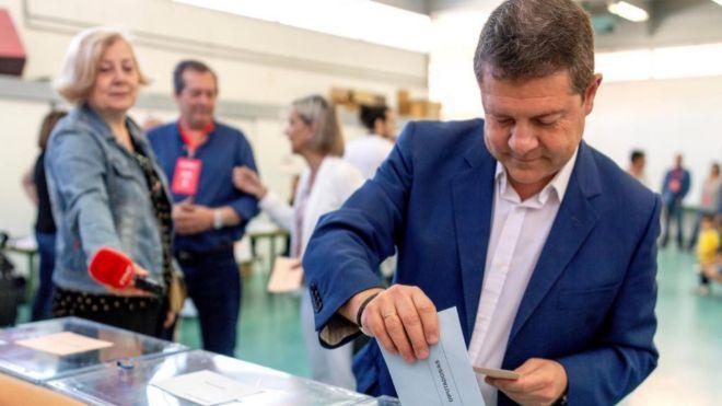 Emiliano García Page vota el pasado 26 de mayo en el colegio público Ciudad de Nara en Toledo.