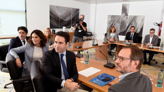 La candidata del Partido Popular a la Comunidad de Madrid, Isabel Díaz Ayuso (3d), junto al secretario general del <HIT>PP</HIT>,Teodoro García Egea (2d), y al vicesecretario de organización de la formación, Javier Maroto (d), esta tarde en la Asamblea de Madrid, durante otra de las<HIT>reuniones</HIT> que han mantenido con Ciudadanos dentro de las egociaciones para la formación de Gobierno regional