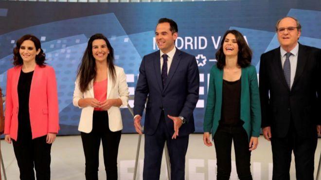 De izquierda a derecha, los candidatos a la Presidencia de la Comunidad de Madrid (i-d) Isabel Díaz Ayuso (PP), Rocío <HIT>Monasterio</HIT> (Vox), Ignacio <HIT>Aguado</HIT> (Ciudadanos), Isabel Serra (Podemos), y Ángel Gabilondo (PSOE), posan antes de participar en un debate televisivo.