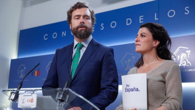 El portavoz de Vox en el Congreso, Iván Espinosa de los Monteros, y la secretaria general del grupo parlamentario, Macarena Olona, ayer en el Congreso.