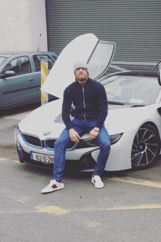 Conor McGregor junto a su BMW I8 2.