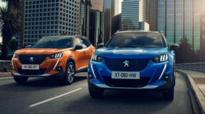 Imagen del Peugeot 2008 (naranja) y de la versión eléctrica, Peugeot...