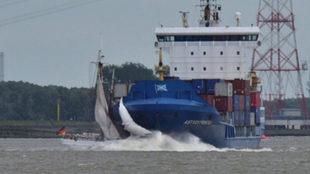 Momento en que el Elbe es embestido por la proa del buque.