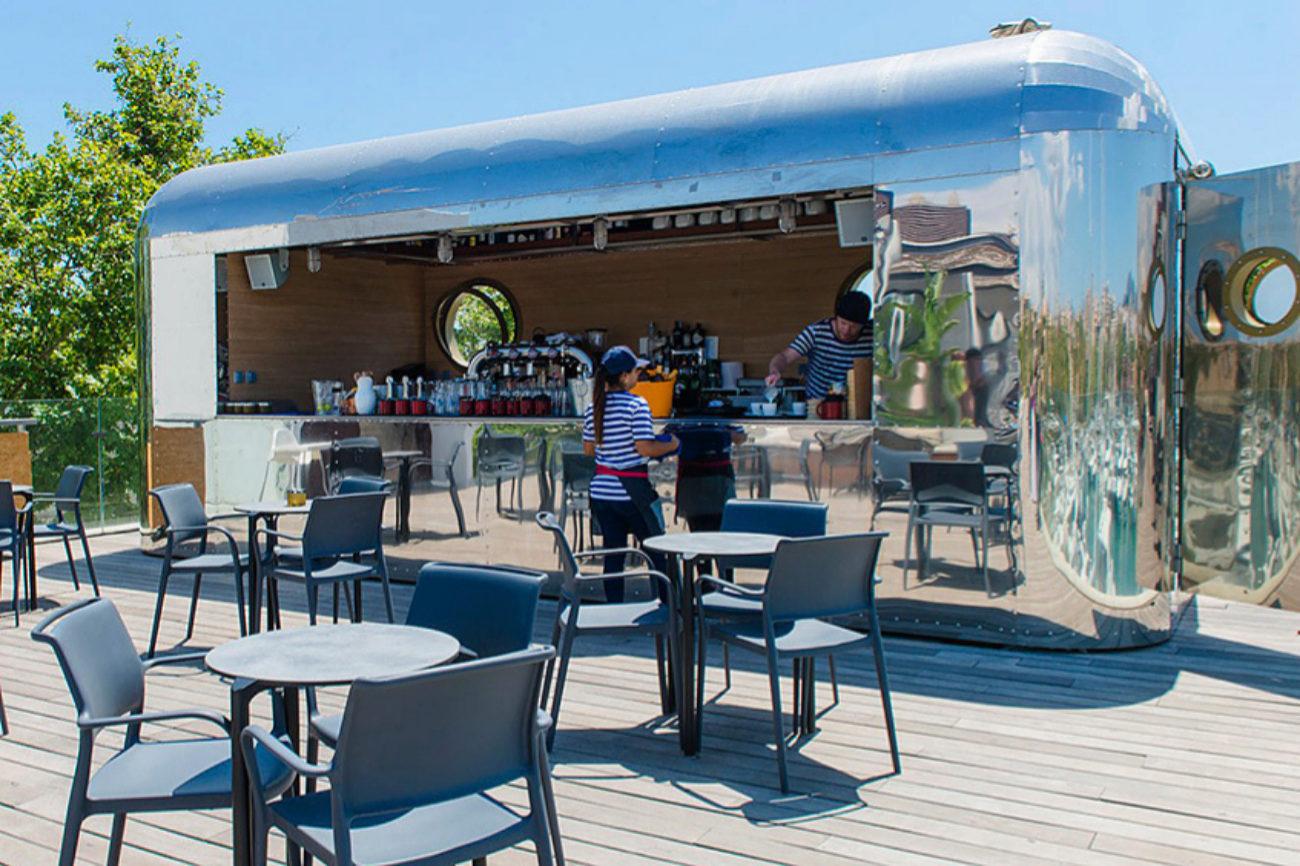 Especie de beach club en el puerto de Moll Vell gestionado...