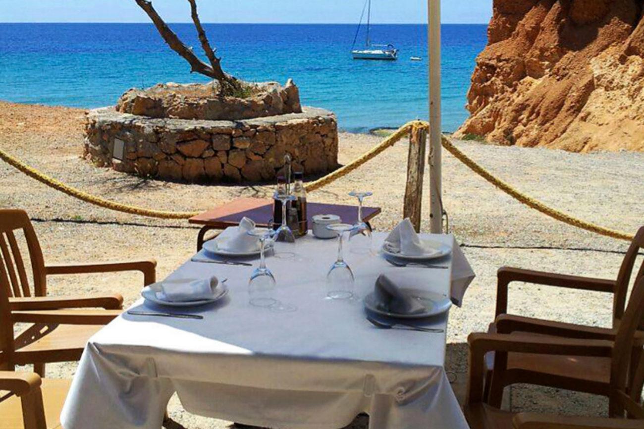 Chiringuito situado en la Playa de Sa Caleta, dentro de un refugio...