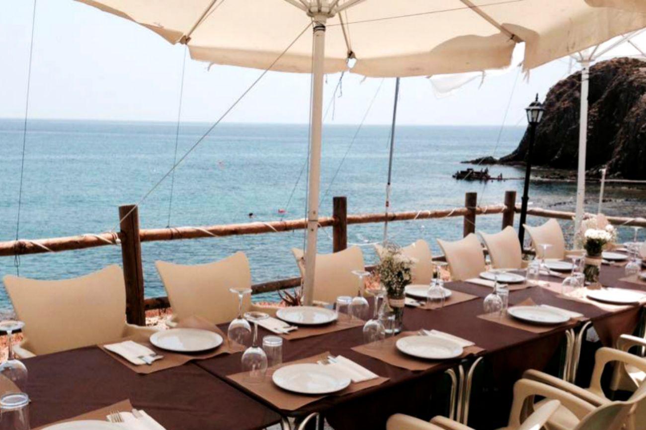 Está situado en la costa de Almería, en La Isleta del Moro, en pleno...