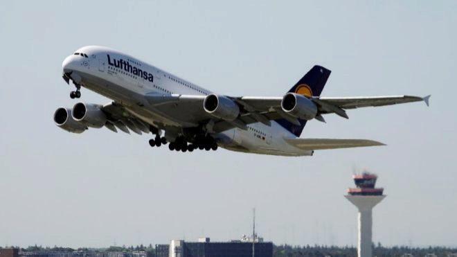 Un avión Airbus A380-841 de la aerolínea Lufthansa despega del...