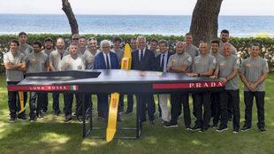 Miembros del equipo Luna Rossa, con Patrizio Bertelli en el centro,...