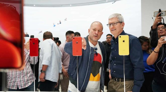 John Ive, jefe de Diseño de Apple, junto a Tim Cook, consejero...