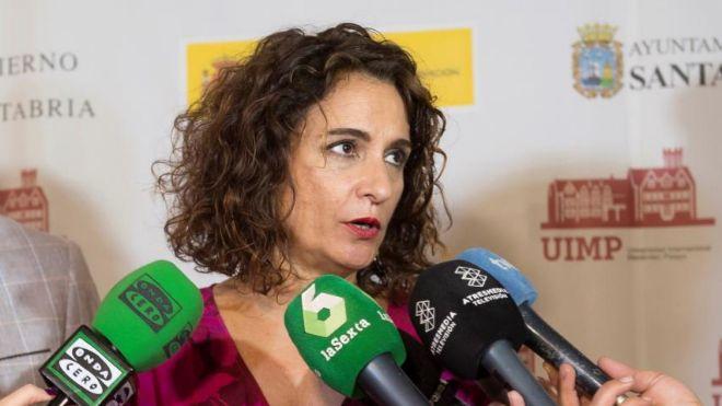 La ministra de Hacienda, María Jesús Montero, atiende a los medios...