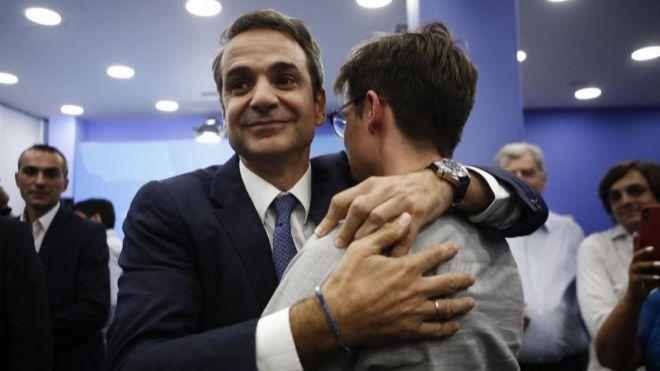 Kyriakos Mitsotakis, líder de Nueva Democracia, celebra su victoria...
