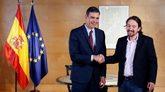 El presidente del gobierno en funciones, Pedro Sánchez (izquierda) y...