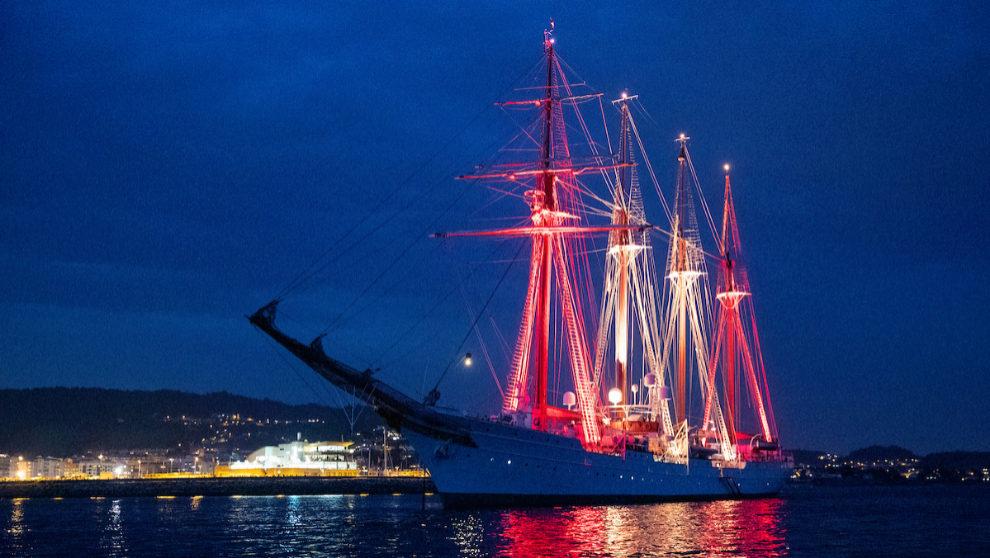 El 'Juan Sebastián Elcano', el viernes por la noche en...