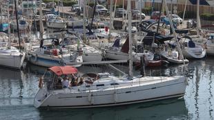 Una embarcación sale del Puerto Olimpico de Barcelona. | ANTONIO...